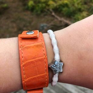 jätte ballt oranget krokodilmönstrat armband! Knäppet är som för en klocka🥰🥰 billigare pris vid snabb affär🧡💛🥵