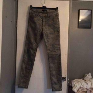 Camo färgade jeans
