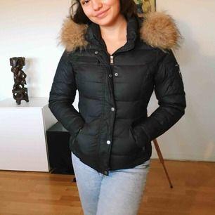 Figursydd rockandblue jacka. Köpte för runt 4000kr så säljer därför för halva priset. Jackan är knappt använd. Det är äkta mink hår på luvan.