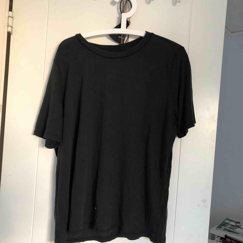 En T-shirt i stentvättad svart färg med lapp kvar ( väldigt snygg som en större storlek). T-shirts.