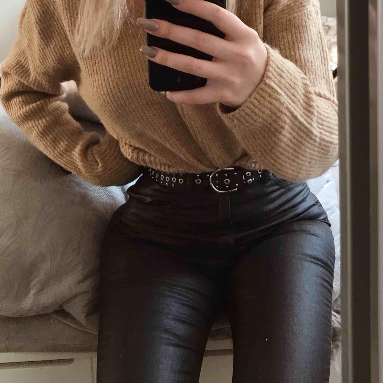 Matta fake skinnbyxor med hög midja. Frakt tillkommer . Jeans & Byxor.