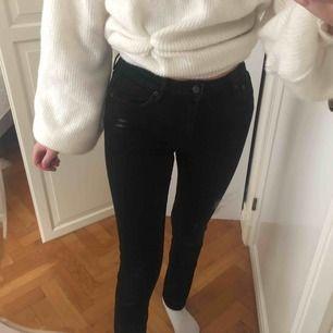 Svarta tighta högmidjade jeans från crocker, stl W27 L32,