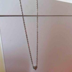 Säljer ett litet gulligt silverhalsband med ett hjärta på 🧡 Aldrig använt!  Köpt från JFR🌟