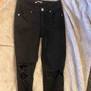 Svarta jeans med slitningar och fin detalj vid foten, köpta på Holmlunds men vet inte märke. sitter som en normal 36