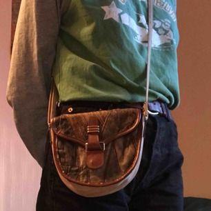 SÅÅÅ cool liten hand/axel väska från 70-talet 💞 jättebra skick! möts upp eller fraktar, köparen står för frakt☺️💘💸
