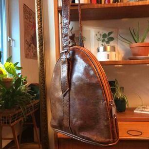 Super cool handväska i jättebra skick! Frakt 59kr men helst möta jag upp💕💕