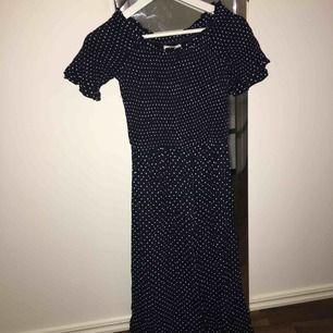 Hampton republic prickig klänning, från kapahl. Helt oanvänd med etikett på