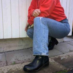 Svarta boots med tjock klack. Dragkedjor på båda sidor. Knappt använda så fint skick✨