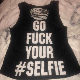 """Tunt linne med texten """"go fuck your #selfie med """"uppklippt"""" i ryggen (ska vara så)"""