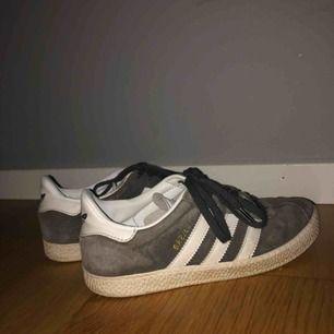 Gråa adidas gazelle skor! Riktigt sköna✨