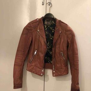 Marie Biker-jacka från Jofama i äkta brunt skinn. I mycket fint skick, använd endast fåtal gånger. Köpt för ca 1500kr. Storlek 34, passar både XS och S.