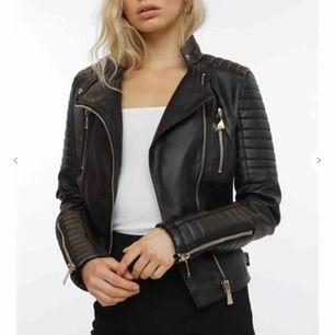Moto jacket ifrån chiquelle hål i fickorna men inget man tänker på  använd  köparen står för frakten.