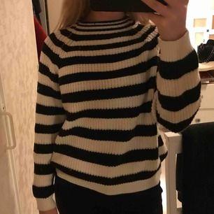 Snygg stickad tröja med lite högre krage. Kan mötas upp i Stockholm annars står köparen för frakten