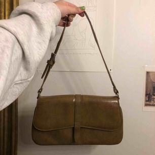 Supersnygg beige väska köpt second hand i Edinburgh. Frakt tillkommer💞