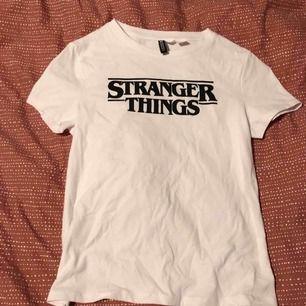 Oanvänd tröja från H&M x stranger things! Liten fraktkostnad tillkommer, eller mötas upp i Karlstad🍁