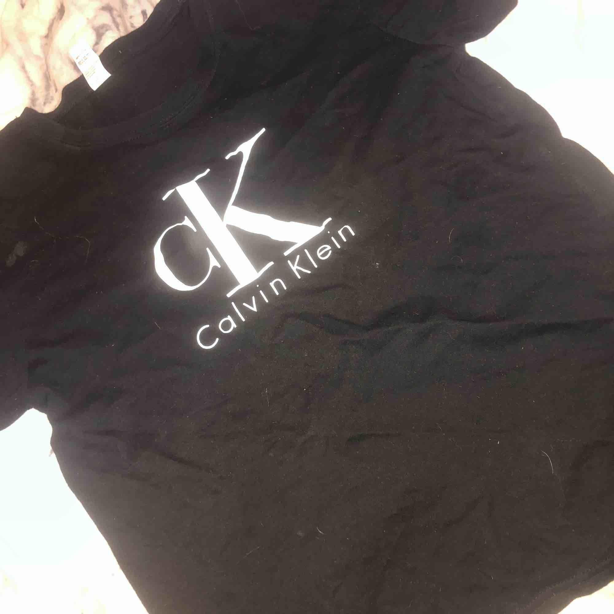 """T shirt svart med texten """"CK Calvin Klein. T-shirts."""