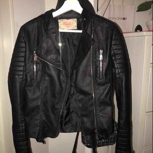 En snygg skinnjacka från chiquelle, (black moto jacket) i storlek 40 men liten i strl.  Skriv om du vill ha fler bilder eller något annat:))