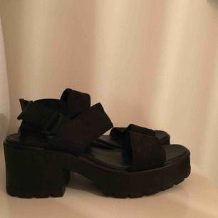 Sköna skor med resårband. Klumpig på ett elegant sätt :)) har bara haft dessa vid två tillfällen så dom är i princip helt nya. Skulle säga att dom är mer än 40 än 41.