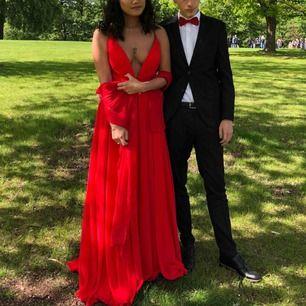 Säljer både klänningen och sjalen. Storlek M men passar som S. Använde för bal 2019. Pris kan diskuteras.