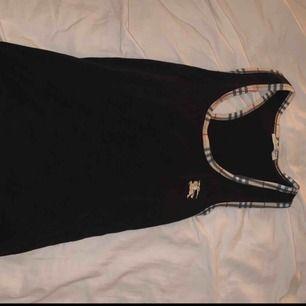 Jättefint linne från burberry i strl L men jag är normalt XS/S och den sitter jättefint på mig så storlekarna beror på hur man vill att det ska sitta :)