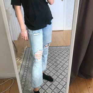 Snygga jeans med slitningar från H&M, de är i storlek 42 men sitter snyggt oversized på mig som normalt har strl S/M. Kan skicka fler bilder vid intresse!