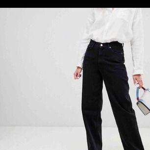 Säljer dessa skitsnygga jeans från Weekday i modellen Line😊Köpta här på Plick, men tyvärr för små😔 I mycket fint skick! Vid frågor tveka inte att höra av dig💓