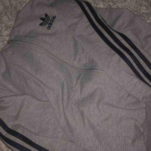 Adidas hoodie/kofta. Grå med mörkblå ränder. Frakt 42 kr!