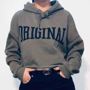 Snygg oversized croppad hoodie i fint skick! Köparen står för frakten.