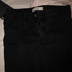 Ett par vanliga Molly jeans som jag klippt tre egna hål i. Ett uppe på låret och två på knäna. Hålen är fina och är fransiga. Jeansen ser lite urtvättade ut men ändå svarta.