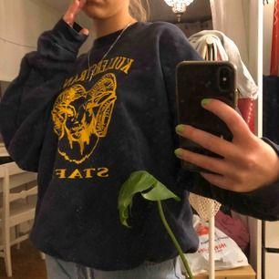 En mörkblå sweatshirt köpt second hand. Står M men skulle säga att den är mer som en S. Frakt ingår💓