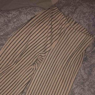 Raka vida byxor från Gina tricot, NYSKICK! Frakt 42 kr. Storlek XS