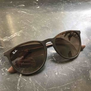 Säljer mina Ray-Ban solglasögon i modellen Erika Extremt fint skick Fodral medföljer Köpta på Åhléns city vid solglasögonavdelningen Möts i Stockholm eller fraktas med betalning först Swish eller kontant går bra vid möte Nypris - 1 440 kr