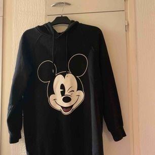 Fint hoodie från H&M stl XS men lite stor i storlek passar en S , knappt använd så den är i mycket bra skick.  Hämtas i Malmö. Kan skicka dem.