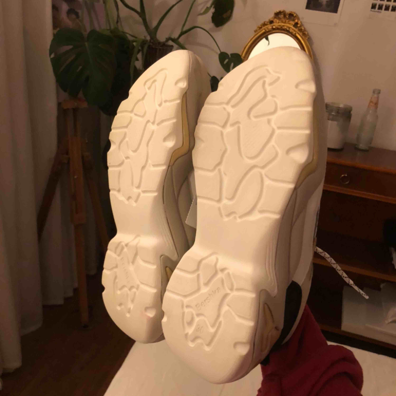 Ett par helt oanvända, coola, beiga sneakers från bershka med reflexdetaljer! Nypris 500. Frakt tillkommer💞. Skor.