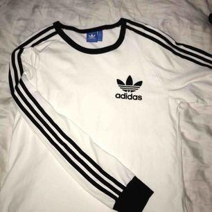 Adidaströja i S! Knappt använd, mycket fint skick! Inga skavanker! Mjuk som om den vore helt otvättad, vilket den nästan är! ❤️