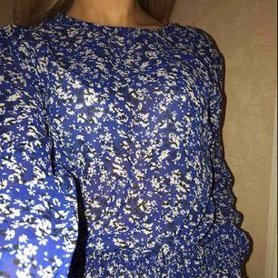 Super fin blus med resår i magen och vid handlederna. Kan mötas upp i Stockholm annars står köparen för frakten.