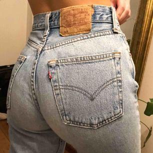 Jättesnygga vintage Levis 501 i ljusblå. Sitter tight på mig i midjan som oftast har W24 i jeans. Motsvarar ungefär en XS. Frakt ingår!💜💜