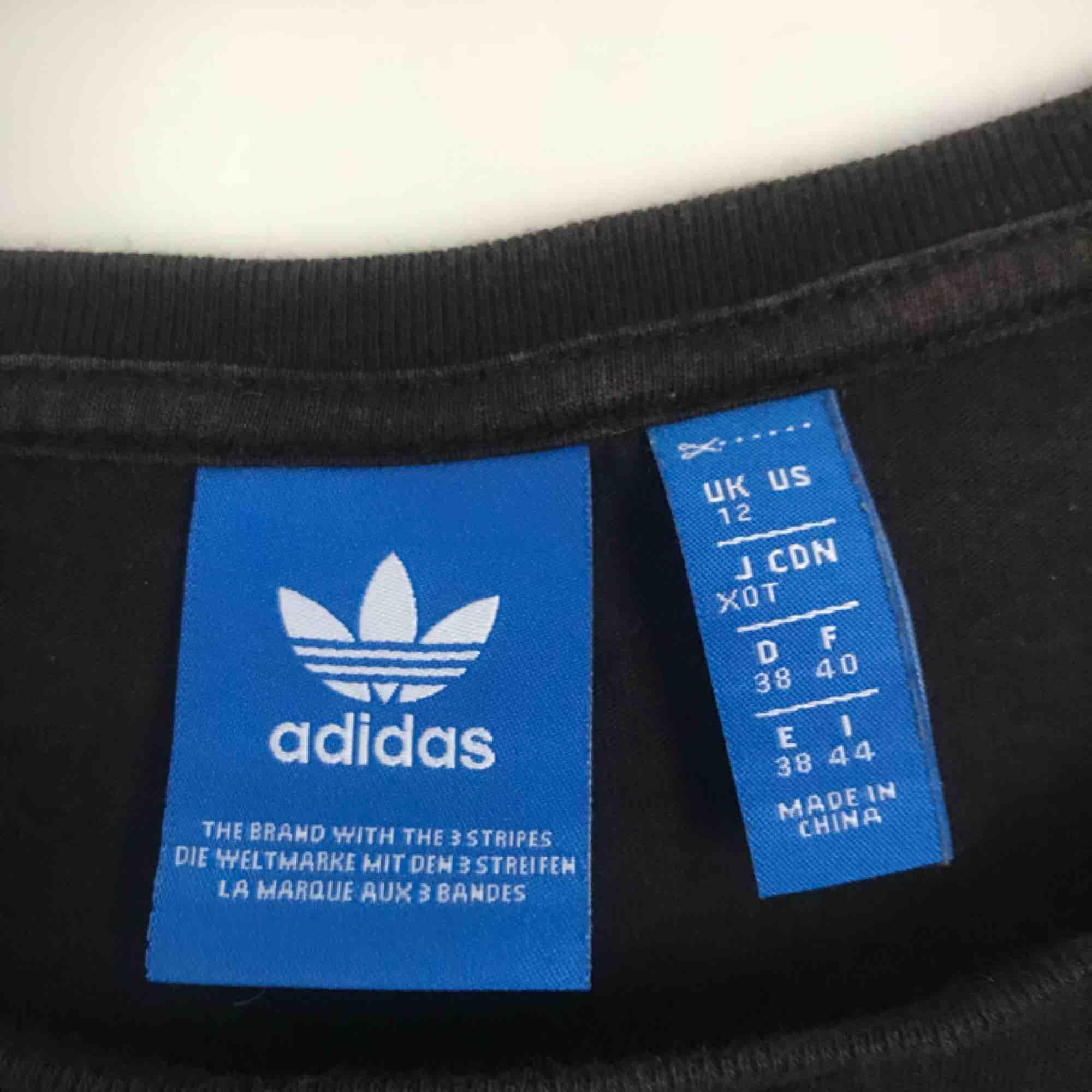 Adidas crop-top, använd några gånger men ser ut som ny. Storlek 38 men sitter som en S! . T-shirts.
