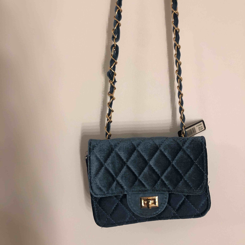 Jättefin handväska av sammet. Helt ny. Kommer från merket Montini nypris: 300. Väskor.