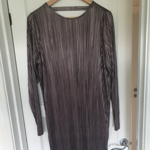 Jättesnygg klänning som passar både till vardags och fest. Den har en snygg urringning i ryggen