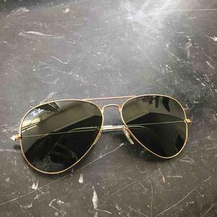 Säljer ett par Ray-Ban solglasögon Inte mycket använda Köpta på synsam på Norrmalm Väldigt fint skick Fodral medföljer Möts i Stockholm eller fraktar vid betalning först Betalning via swish eller kontant vid möte Nypris - 1 550