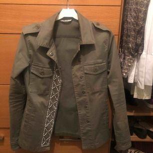 Supersnygg grön jacka i jeanstyg. Inköpt i Italien på Liu-jo jeans. Nypris ca - 1500 kr.