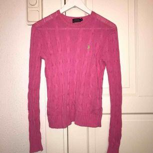 Säljer en rosa Ralph Lauren kabelstickad Tröjan är i strl XS men passar även S och M då den är lite större Köpt på NK i Stockholm Nypris - 1 295 Fint skick