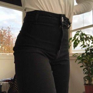 Svarta snygga utsvängda zara jeans. Väldigt bra skick och har bara använt en gång! Säljer för att jag har ett par liknande.  Ifall du vill ha flera bilder eller ifall du vill ha mera information är det bara att kontakta mig. Ha en bra dag💕