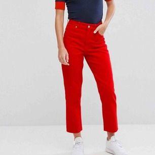 Röda jeans från Monki Modell: Taiki Storlek 26 Sparsamt använda! Nypris 400kr  Köparen betalar frakt