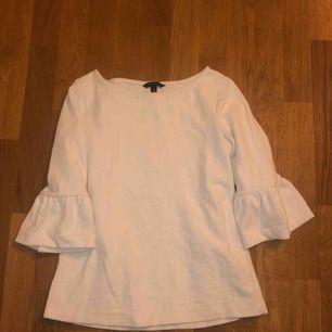 Snygg och skön vit collage tröja med feminina detaljer! Inköpt på Banana Republic i New York för ca 600 kr.