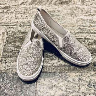 Perfekt om du vill ha lite festligare skor men inte känner för klackar! Jag har använt dem två gånger men känner att dom är lite för tighta för mig (ligger vanligtvis mellan 39-40 i storlek). Skorna är från HM/Divided. Maila gärna om du har frågor!