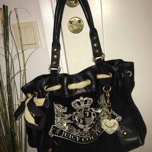 En äkta Juicy couture väska i bra skick! Kan gå ner i pris vid snabb affär Kan mötas upp både i Uppsala/Sthlm