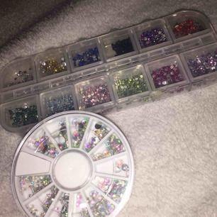 Nagelstenar i all färger. Köp av 1 - 30 kr + frakt på 10 kr Köp av 2 - 50 kr + frakten inräknad