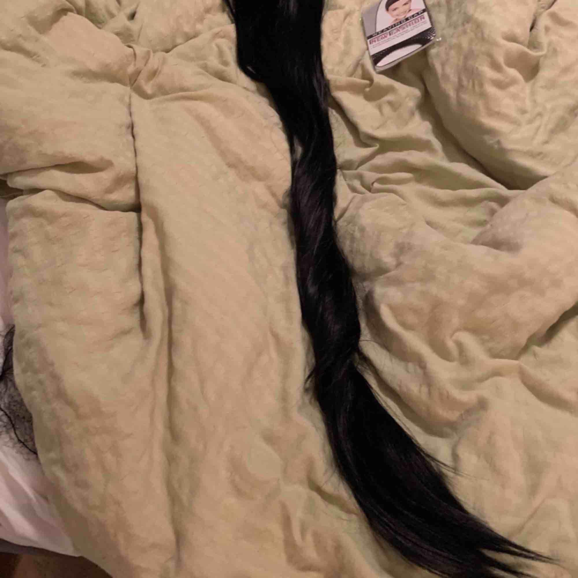 Fett lång svart peruk! Snygg som fan och witch vibe men jag passade inte i svart hår;(   Inte front lace men snygg bena, justerbar så passar alla ! Peruken går typ till rumpan så lång är den  Du får buda . Accessoarer.